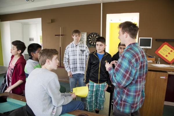 Jugendliche am Billardtisch